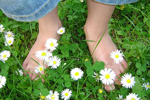ходене боси по тревата
