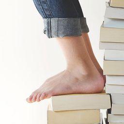 Боси стъпала върху книги
