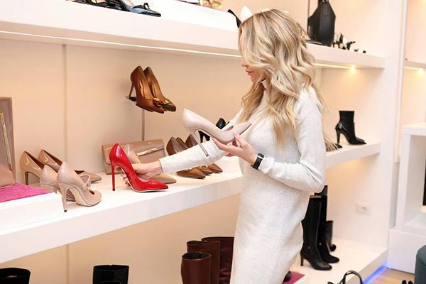 Избор на нови обувки в магазина
