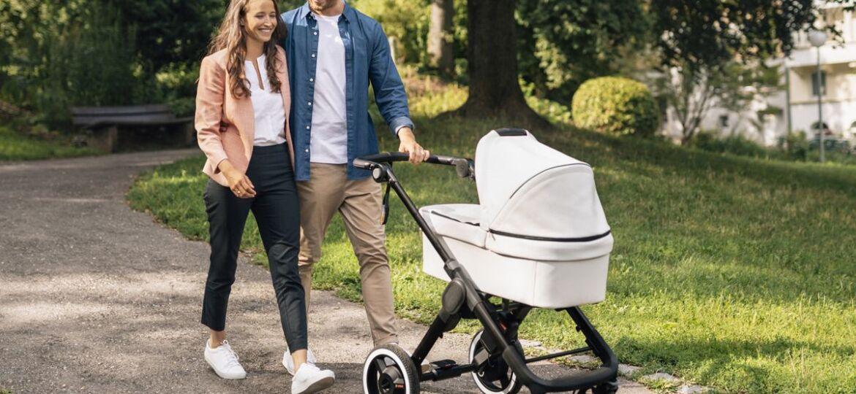 Мама и Татко с бебшка количка