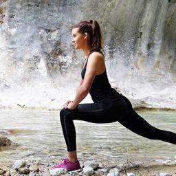 Млада жена в спортни обувки и клин