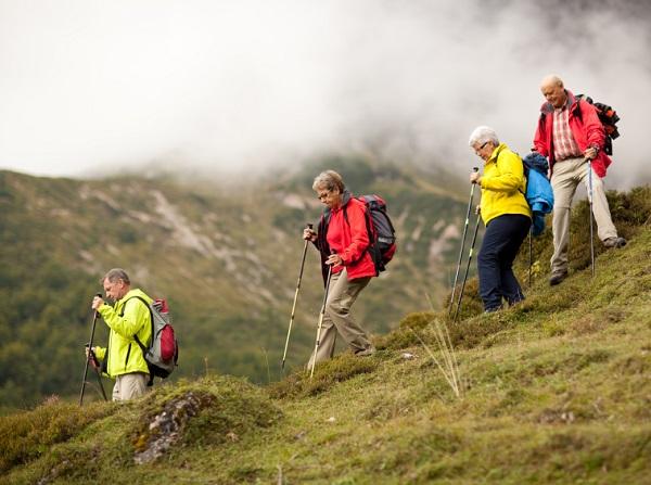 Възрастни хора на планински туризъм
