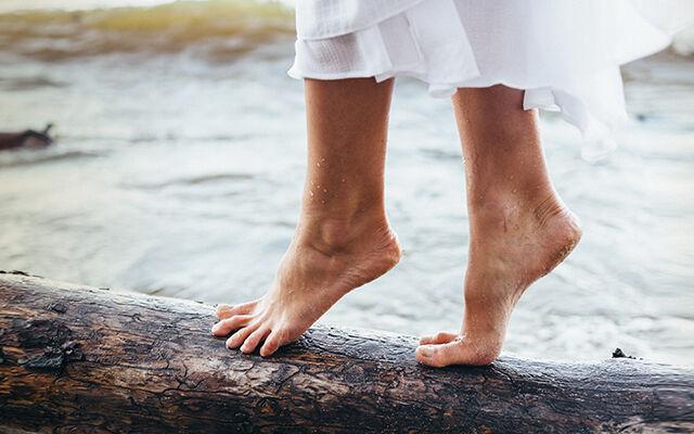Дамски боси остаряващи стъпала