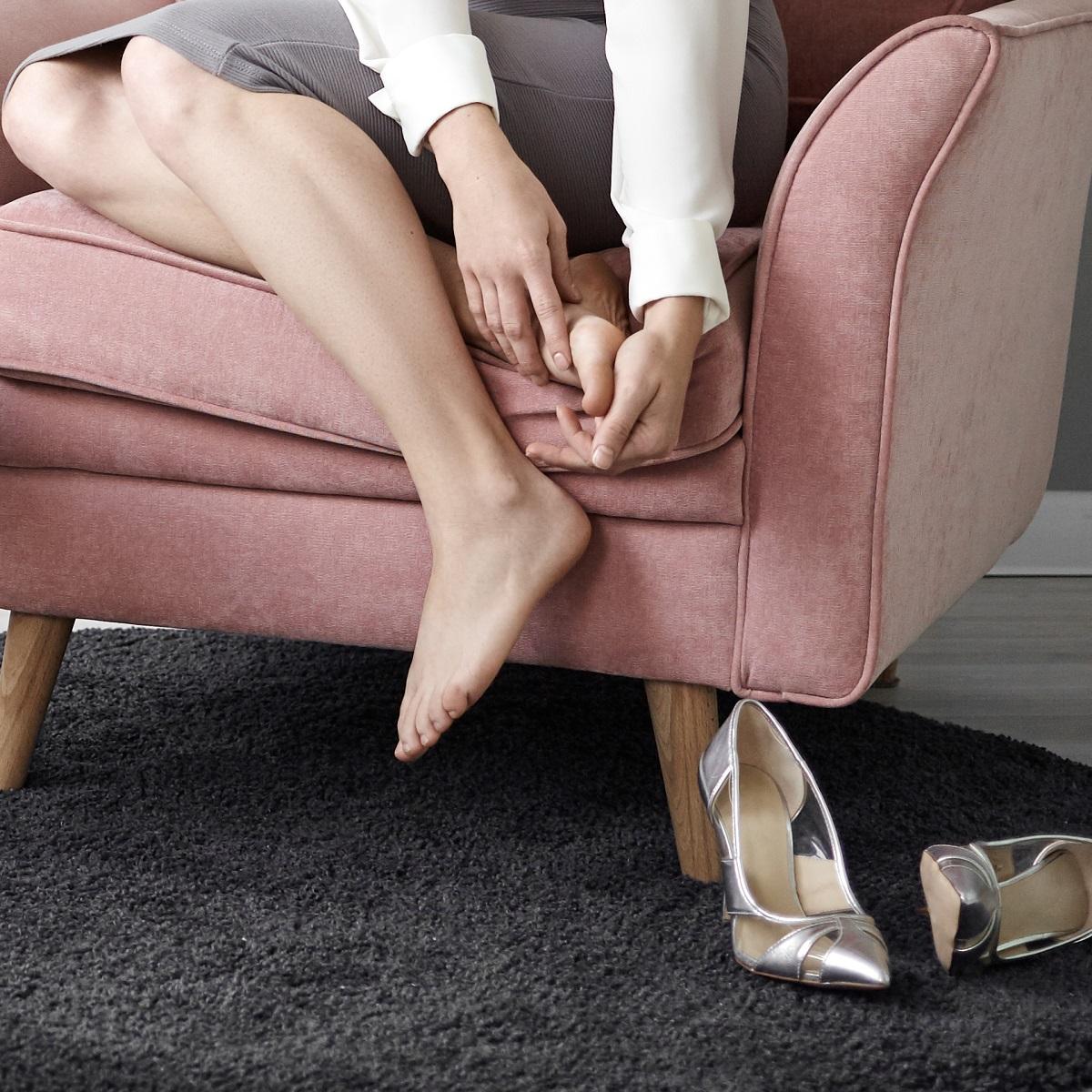 Уморени женски крака след цял ден на високи токове в офиса